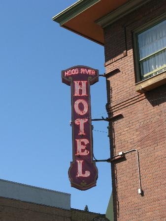 Hood River Hotel: Cool old hotel sign