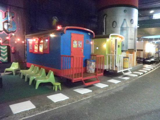 TunFun Speelpark: Train cars used as picnic areas