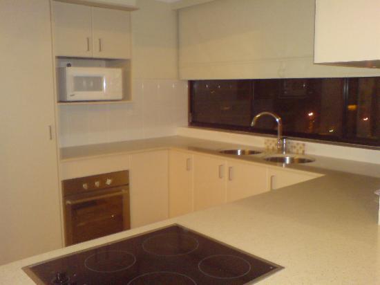 Hi Surf Beachfront Resort Apartments: Kitchen