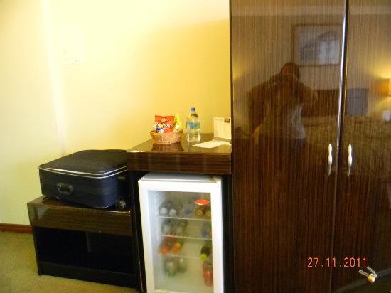 Plaza Paitilla Inn: frigobar y placard (tiene plancha y tabla de planchar)