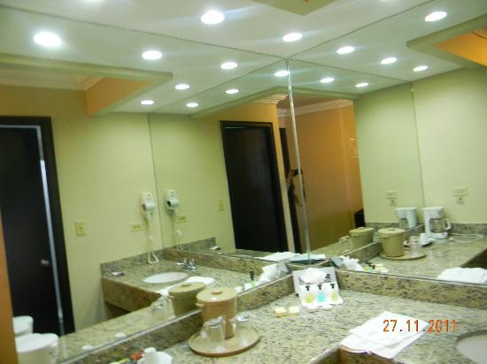 Plaza Paitilla Inn: Ante baño
