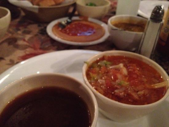 Bar Sanchoz / Restaurant Calipsto: consomé de camarón, sopa de tortilla, al fondo frijolitos con veneno