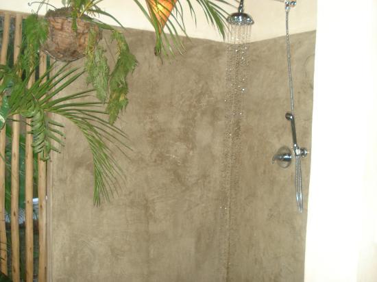 Cor da Terra: banheiro rustico,vista para o lindo jardim