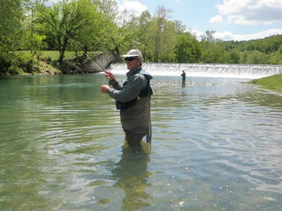 Larry's Cedar Resort: Fishing below the dam