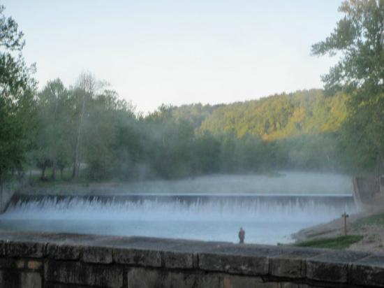 Larry's Cedar Resort: Morning fog at the dam