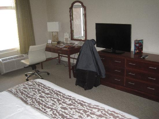 DoubleTree Club by Hilton Hotel Buffalo Downtown : King bed