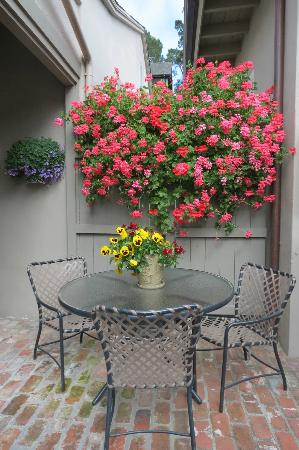 Carmel Country Inn: Flowers on premises