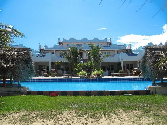 Sarkiki Villas: View of the pool and building from the beach
