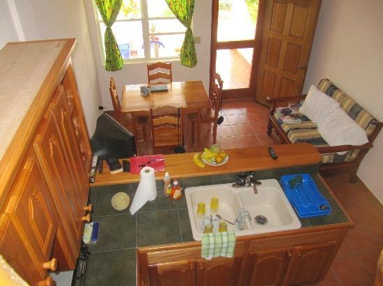 Sarkiki Villas: Kitchen/dining area