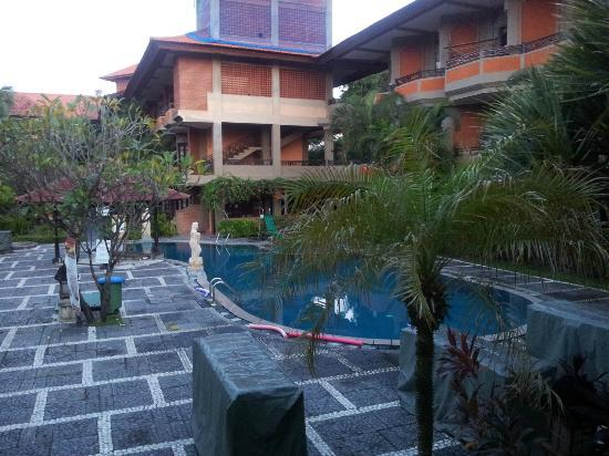 Adi Dharma Hotel: pool side