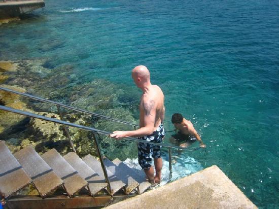 Paphos Municipal Beach: ingresso in acqua con pratiche scale