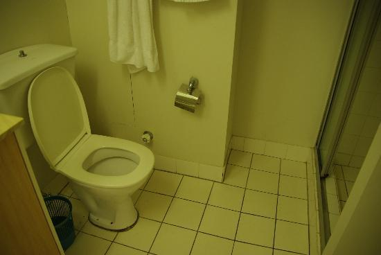 Silverton Holiday Apartments: 2nd Apt. Old Bathroom With Broken Toilet Paper Holder