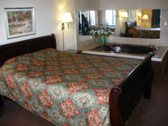 Econo Lodge: Queen Jacuzzi Suite