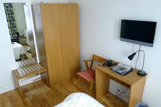 Oscar Hotel : Non-50s room furniture