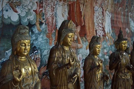 Gangaramaya (Vihara) Buddhist Temple: Lovely statues and murals