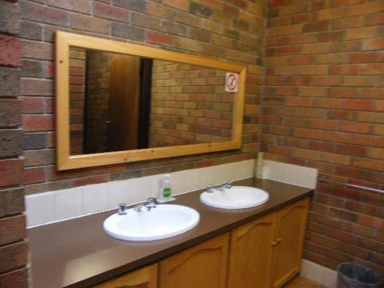 Boomers Guest House: Ladies Bathroom - Basins