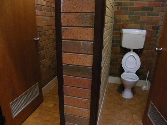 Boomers Guest House: Ladies Bathroom Toilets