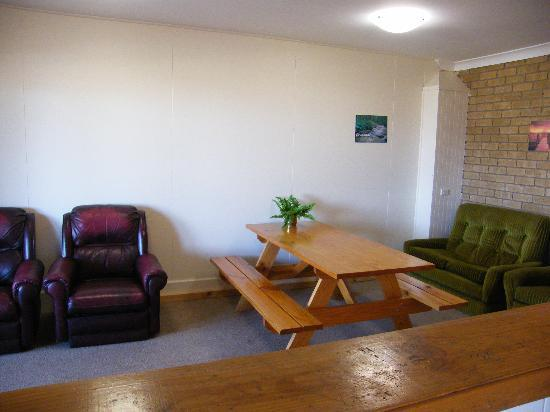 Boomers Guest House: Lounge Meals Area