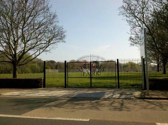Decorative Gates on Torquay road  - Picture of Victoria Park
