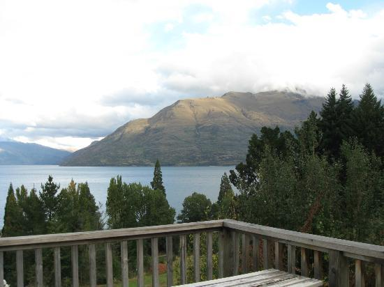 Butterfli Lodge: mountain view across the lake