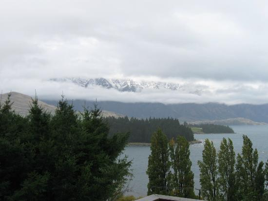Butterfli Lodge: waking up to fresh snow on the mountains!