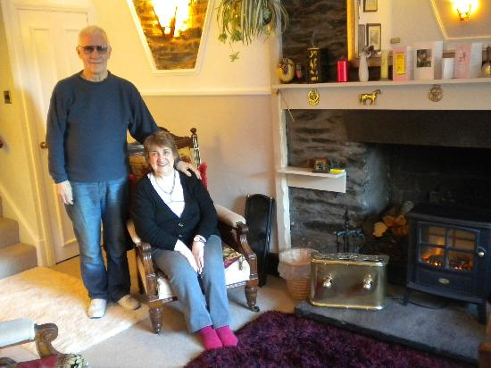 Ferry View Cottage B&B: The hosts in the cosy lounge/diner