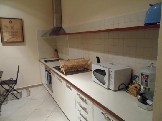 Residenza Ariosto: Cocina completa, microondas, frigo, horno, cafetera...