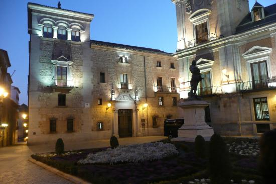 Plaza de la Villa: Pretty by night