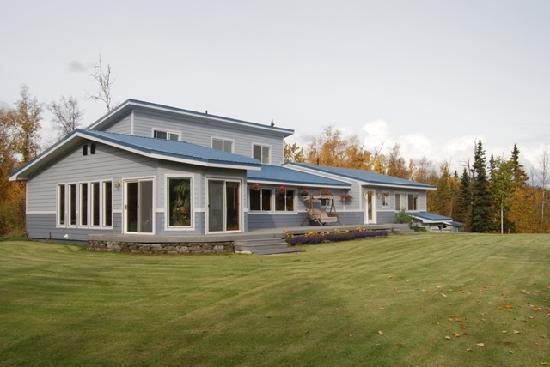 Alpine Rose Inn: Beautiful lawn and deck