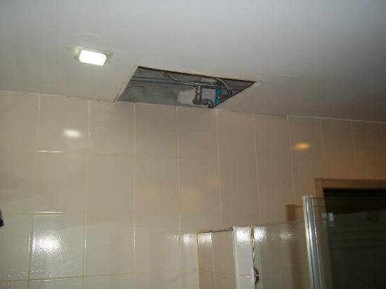 Suriwongse Hotel: Hole in ceiling again.