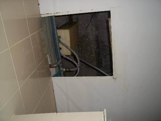 Suriwongse Hotel: Hole in bathroom ceiling.