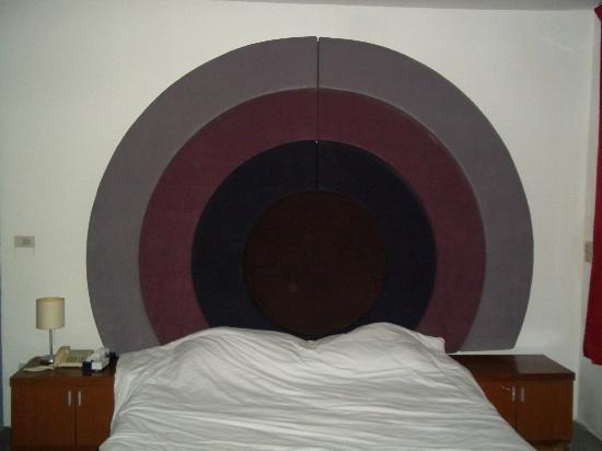 Suriwongse Hotel: Headboard of bed - like a dartboard