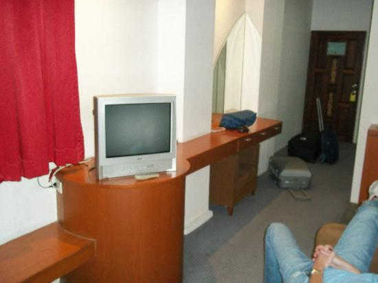 Suriwongse Hotel: Wood furniture with dated TV.