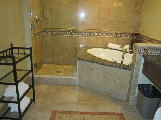 Harbor View Inn: very attractive decor and comfortable bath tub, nice tile work