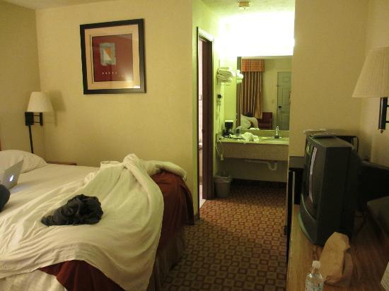 Days Inn by Wyndham Bloomington: room
