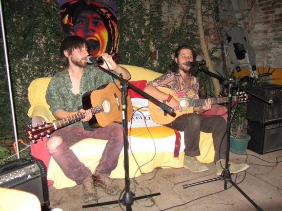 PataPata Hostel : Músicos porteños en el patio del hostal