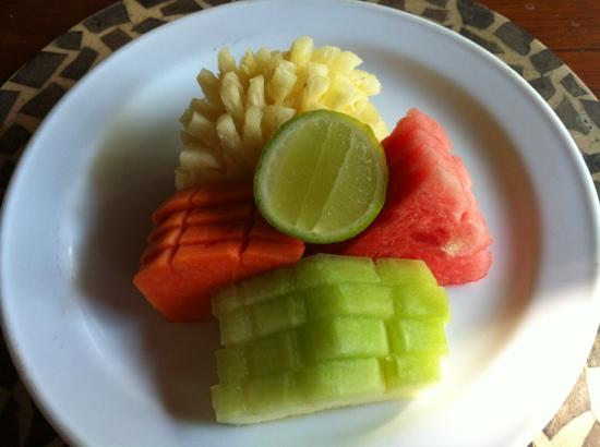 Tonys Villas & Resort: fruits petit dej.