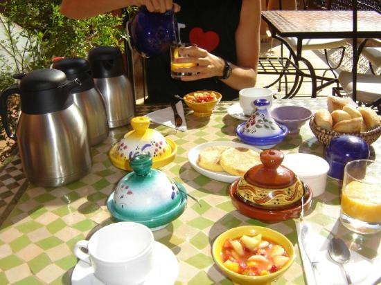 Riad Atlas Guest House: breakfast on the rooftop