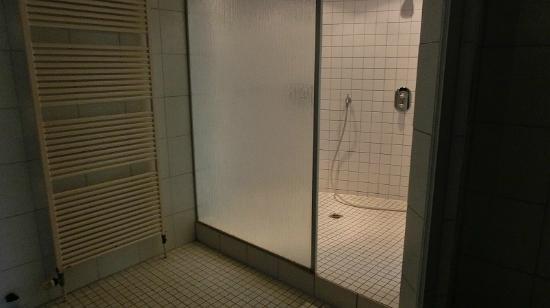 RAMADA Hotel Siegen: Dusche im Wellnessbereich