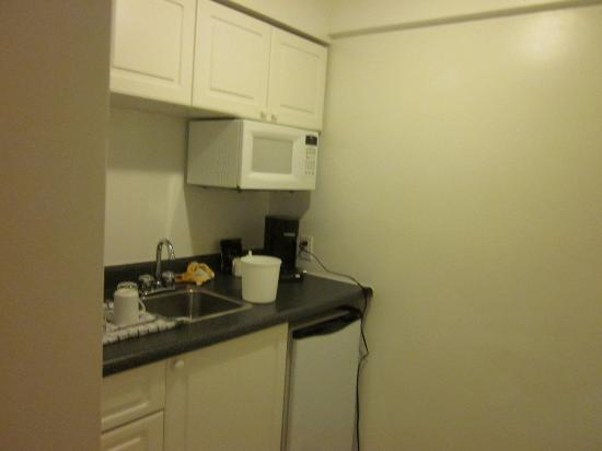 Capital Hill Hotel & Suites: kitchenette as you enter the suite