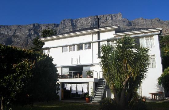 Blue Sky B&B: die Lodge am Tag mit Tafelberg im Hintergrund