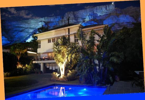 Blue Sky B&B: die Lodge bei Nacht und Vollmond