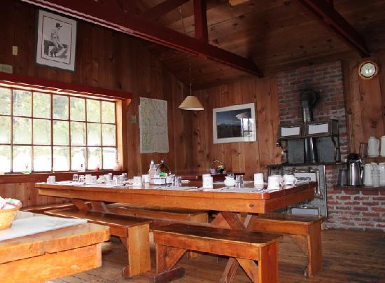 Mt Adams Lodge at the Flying L Ranch: Cookhouse were breakfast is served