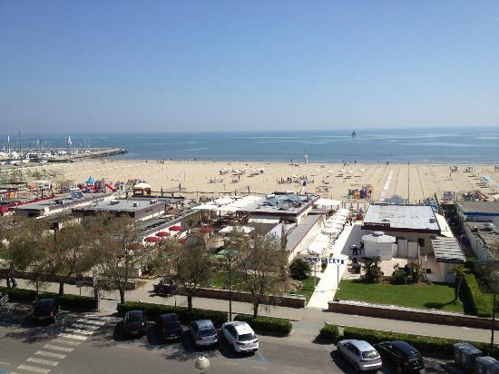 Hotel Lungomare: Vista sulla spiaggia dal balcone della camera.