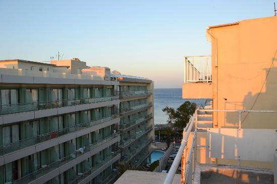 Achillion Hotel: Vista dal balcone... non sul mare ma a 2 minuti a piedi dallo stesso