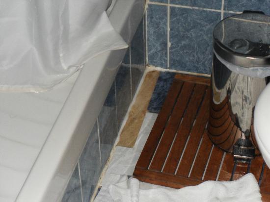 Hôtel Royal Aboukir: bathroom floods
