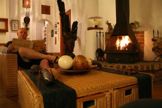 Old Thatch Lodge: The cosy lounge with the roaring fire