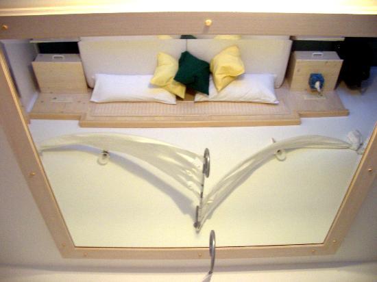 Hotel Kleiner Konig: lo specchio sul letto...