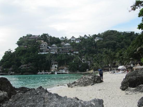 Artista Beach Villas: Bucht mit dem Hotel geradeaus