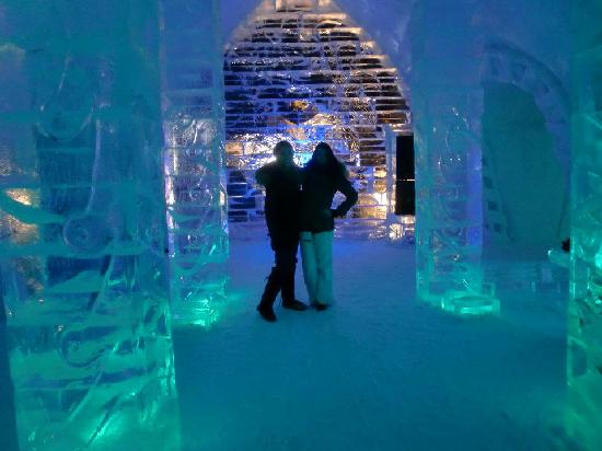 Hotel de Glace: night club/bar at night